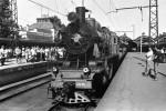 Ретро-поезд с первыми гостями Музея железнодорожной техники отходят от перрона Витебского вокзала. 1 августа 1991 г.