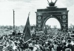 Трудящиеся Кировского района встречают победителей уарки Победы вАвтово 1945г.