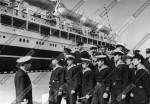 Группа курсантов мореходного училища на практике в порту